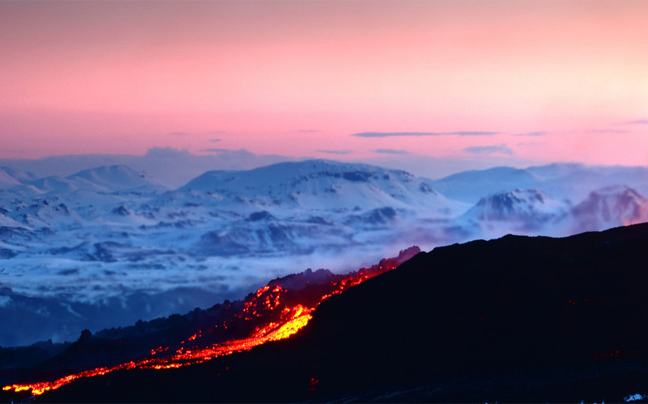 Δεν έχετε ξαναδεί κάτι παρόμοιο! Έκρηξη ηφαιστείου με φόντο το Βόρειο Σέλας