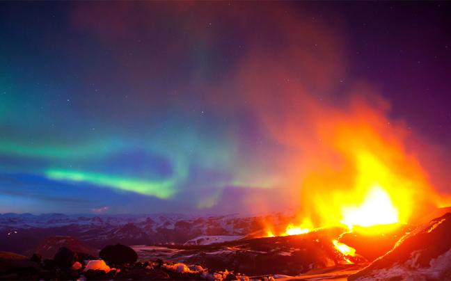 Απίστευτες φωτογραφίες από έκρηξη ηφαιστείου με φόντο το Βόρειο Σέλας (photos)
