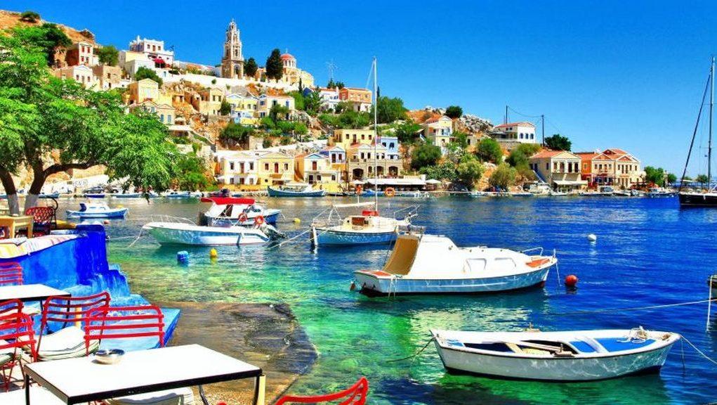 Στο γραφικό λιμάνι της όμορφης Σύμης