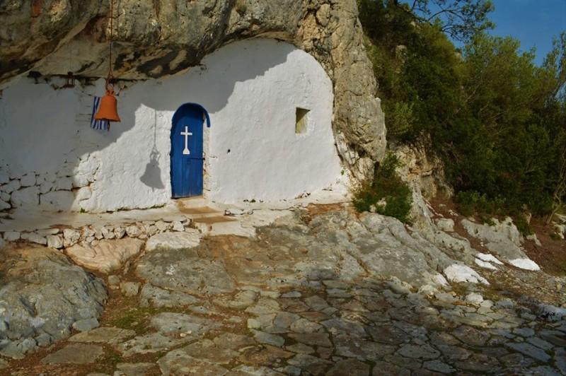 Ιθάκη: Το «κρυμμένο» εκκλησάκι της Παναγίας της Σπηλιώτισσας που εντυπωσιάζει τους επισκέπτες! (εικόνες)