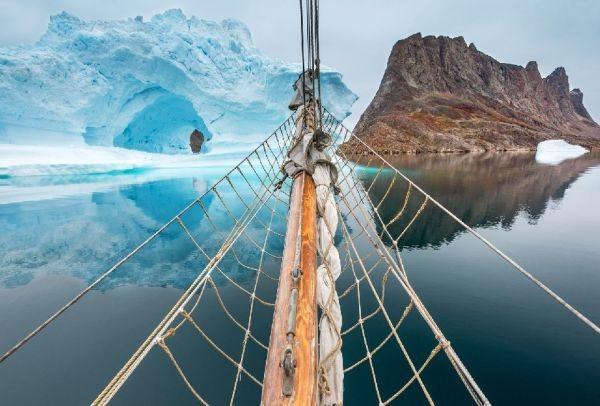 Μια καταπληκτική εικόνα από την άκρη της Γης! Ένα παγόβουνο στον ορίζοντα (photo)