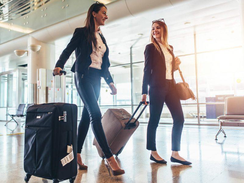 4 πράγματα που δεν πρέπει να φοράτε ποτέ στο αεροπλάνο