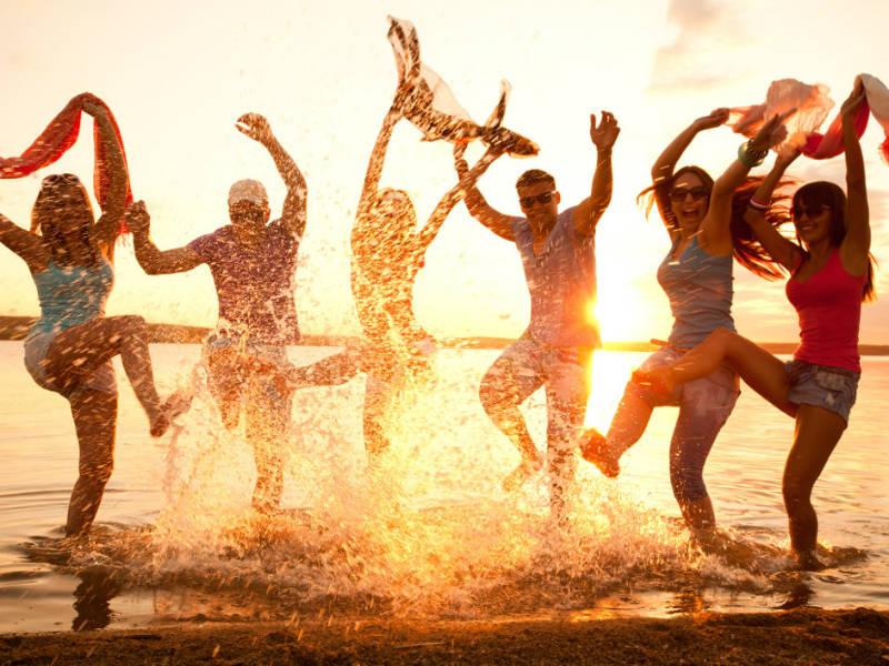 ελληνικοί προορισμοί για νέους, παρέες και singles
