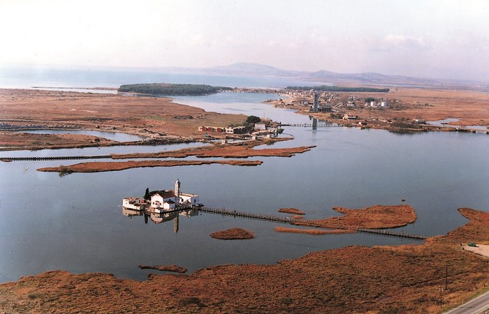 """Το ομορφότερο μοναστήρι της Ελλάδας """"κολυμπά"""" στη μέση μιας λιμνοθάλασσας (photos)"""