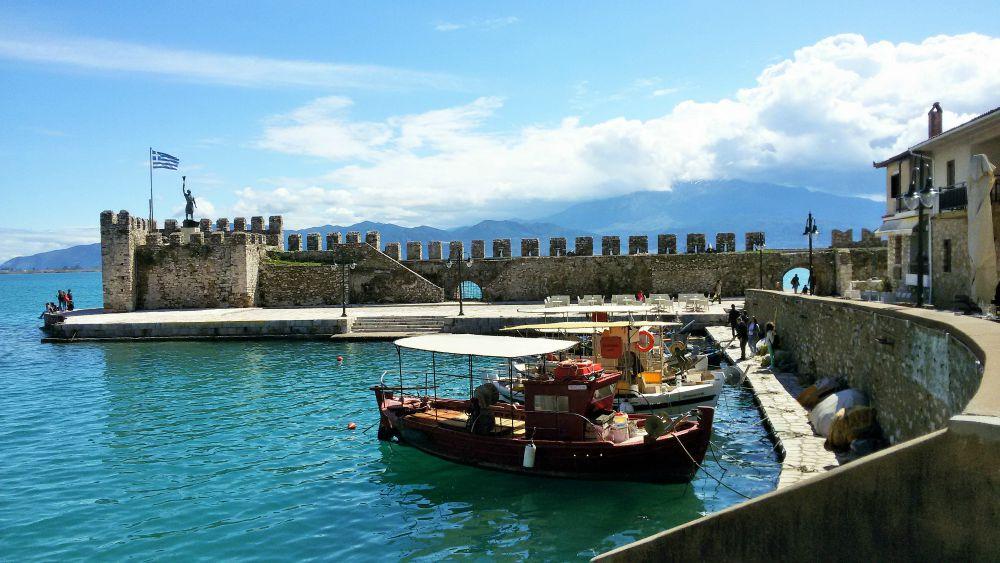 Ναύπακτος λιμάνι με βάρκες και αρχαίο φρούριο