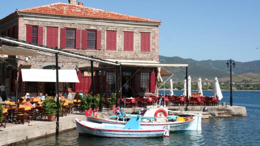 Σε ποιο χωριό του Αιγαίου βρίσκεται ένας από τους ωραιότερους δρόμους στον κόσμο; (photos)