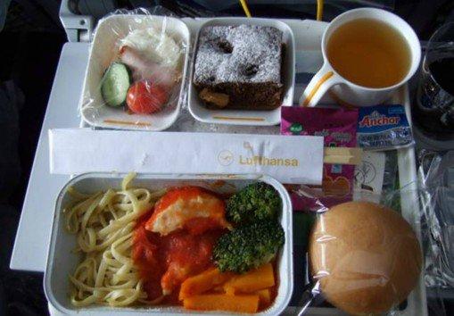 Πως είναι το φαγητό στην business class και πως στην οικονομική θέση; Οι διαφορές σε 6 γνωστές αεροπορικές εταιρείες (photos)