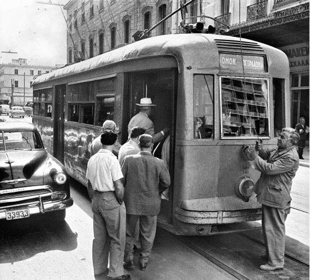 Τι θα λέγατε για μια βόλτα στην παλιά Αθήνα; 10+1 συγκλονιστικές ασπρόμαυρες φωτογραφίες! (photos)