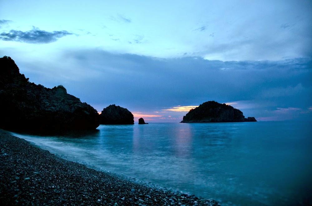Η συγκλονιστική παραλία κοντά στην Αθήνα που βρίσκεται ανάμεσα σε βουνό και θάλασσα!