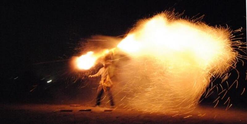 Πασχαλινό Έθιμο Καλαμάτας: Σαϊτοπόλεμος – Το ζεϊμπέκικο της φωτιάς