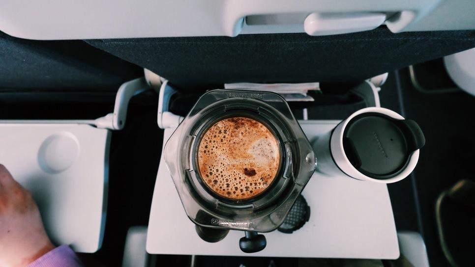 Αυτός είναι ο λόγος που δεν πρέπει να παραγγέλνετε ποτέ καφέ στο αεροπλάνο!