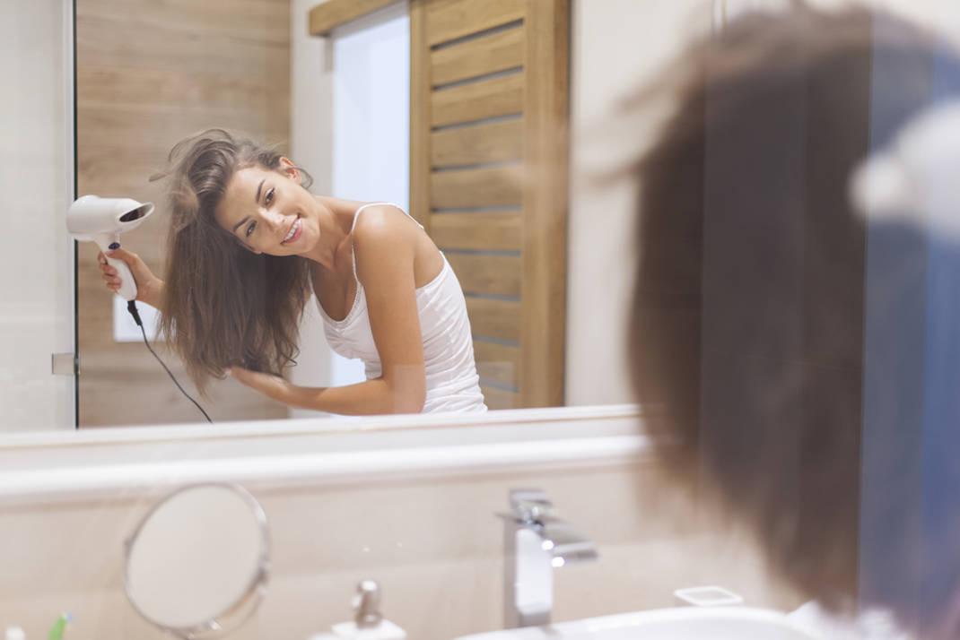 Ο σοβαρός λόγος που δεν πρέπει να χρησιμοποιείτε ποτέ το σεσουάρ μαλλιών στα ξενοδοχεία!