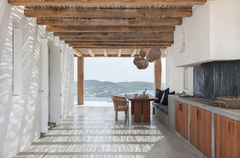 Σύρος: Θα ξετρελαθείτε με τη διακόσμηση και τη θέα στο γαλάζιο που έχει αυτό το μίνιμαλ σπίτι! (photos)