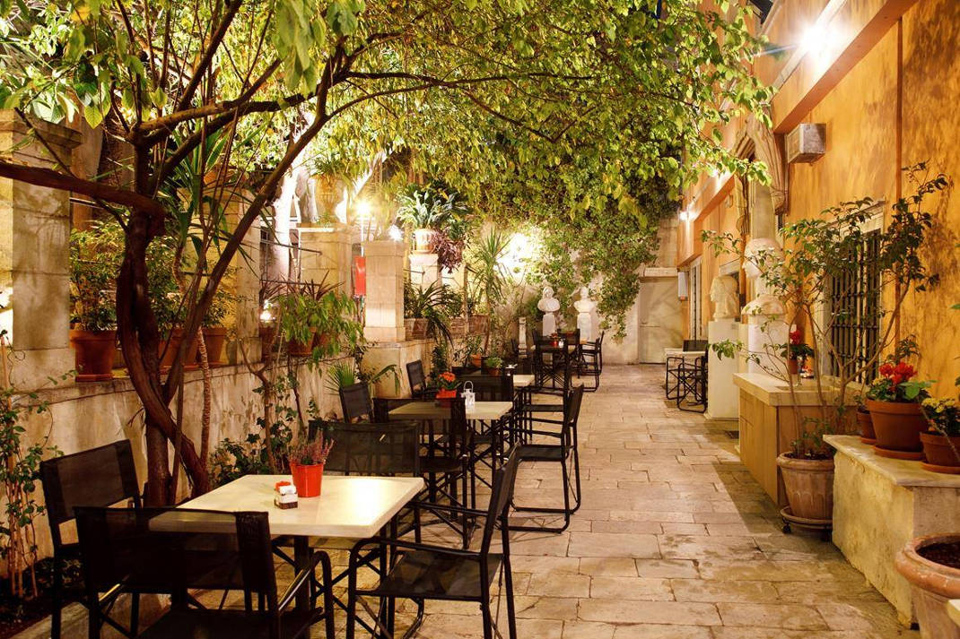 """Αθήνα: 6+1 """"μυστικοί"""" κήποι και αυλές για να ξεφύγεις από την καθημερινότητα!"""