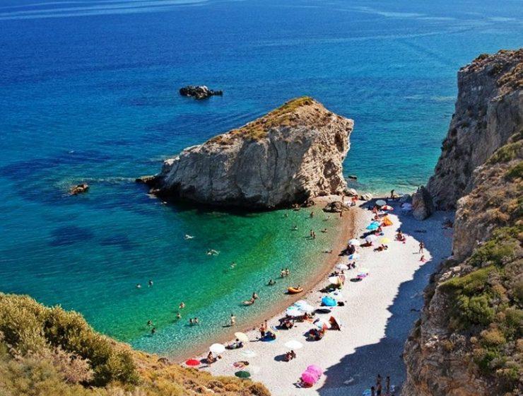 """Ποια είναι η """"μυστική"""" όαση που βρίσκεται «δύο βήματα» από την Αθήνα; Μία από τις ωραιότερες παραλίες της Αττικής! (photos&video)"""