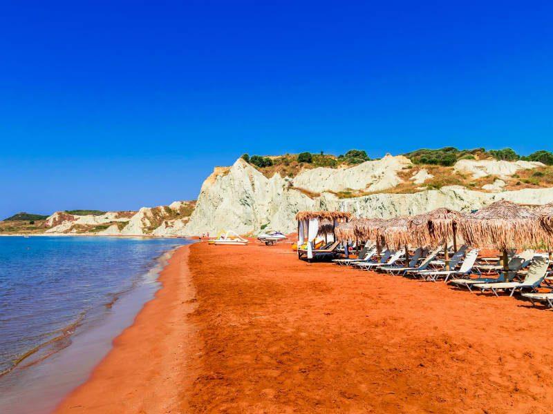 Ποια είναι η πορτοκαλί παραλία του Ιονίου που υπόσχεται ένα εξωτικό καλοκαίρι;