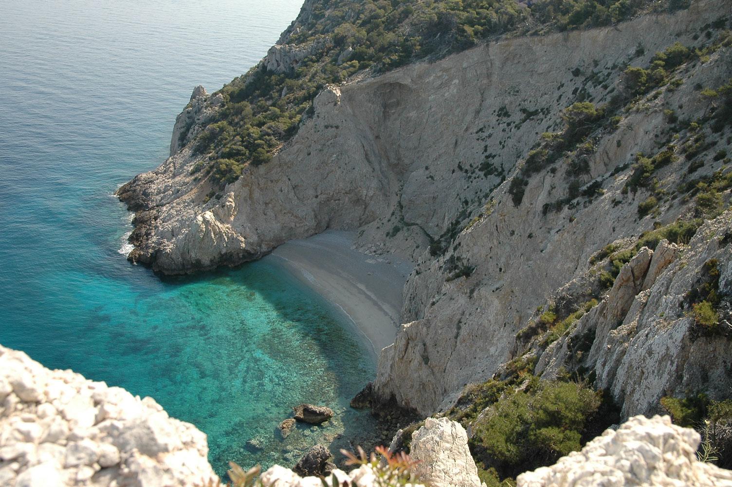 """Η μαγευτική παραλία στην Ελλάδα που θυμίζει το """"Ναυάγιο"""" της Ζακύνθου! (video)"""