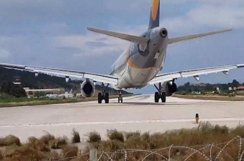 Τουρίστας στην Σκιάθο ήθελε να δει από κοντά απογείωση αεροσκάφους και... εκτοξεύτηκε! (video)