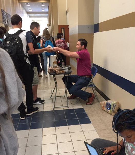 Ο καθηγητής που έκανε την πιο γλυκιά κίνηση στους μαθητές του και έγινε viral! (photos)