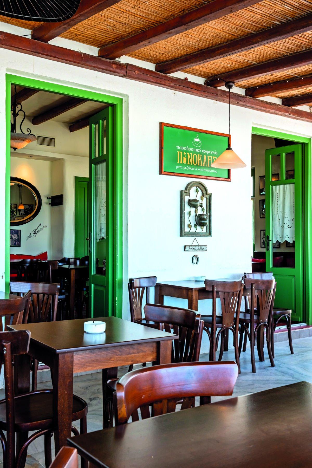 Πινόκλης, παραδοσιακό καφενείο στην Παροικιά