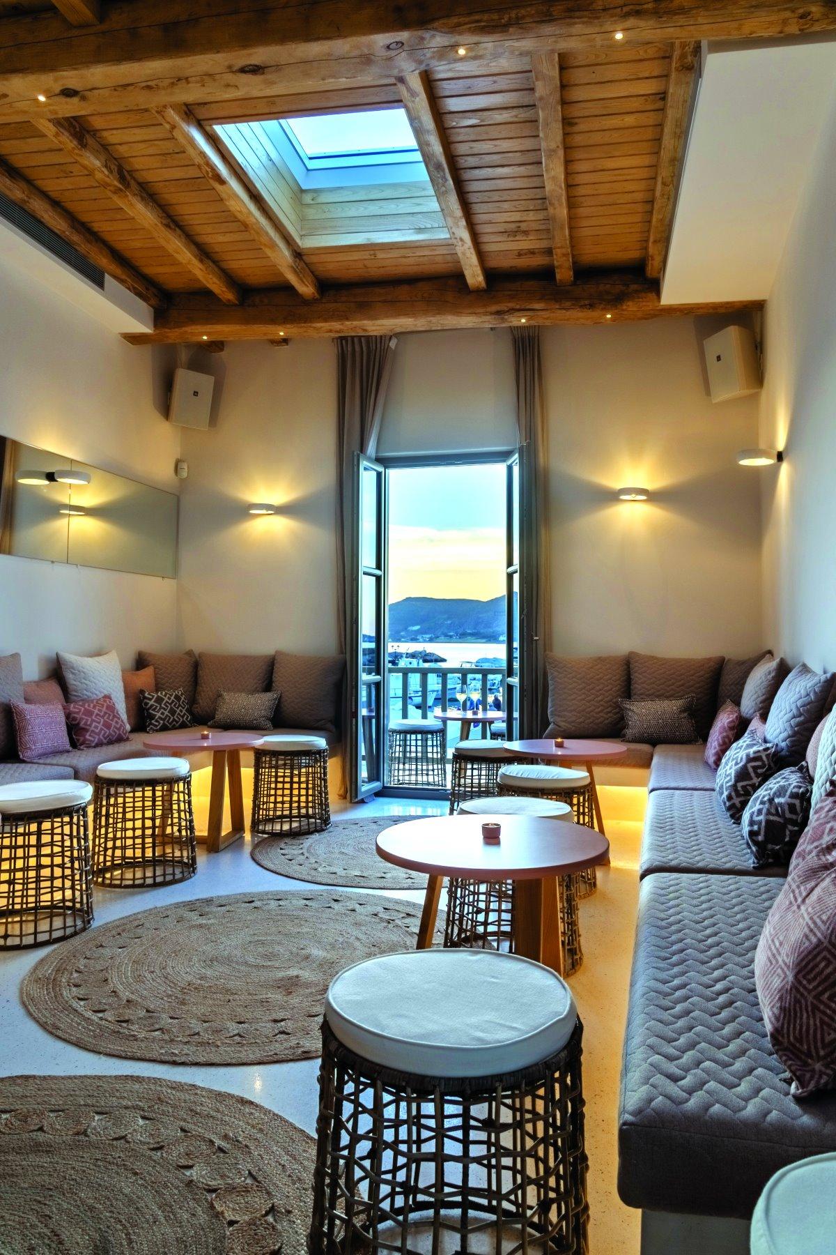 Ο εσωτερικός χώρος του cocktail bar του Karino στη Νάουσα, Πάρος