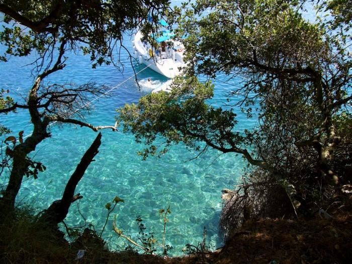 Το παραθαλάσσιο χωριό των Επτανήσων με τα μαγευτικά νερά (photo+ video)