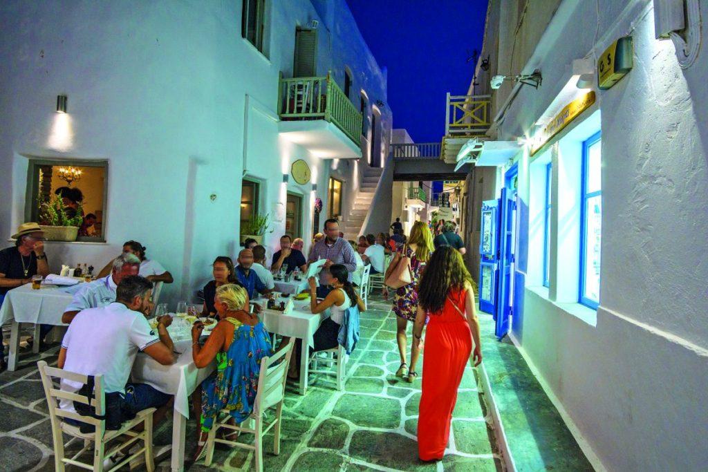 Πάρος καλύτερο νησί της Ευρώπης Conde Nast Traveler στα σοκάκια της Νάουσας