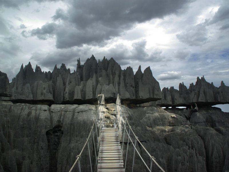 """To πέτρινο δάσος της Μαδαγασκάρης """"κρύβει"""" μια γέφυρα μόνο για θαρραλέους!"""
