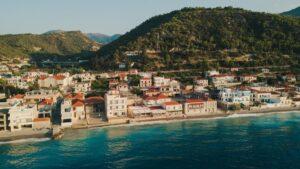 """Δερβένι: Το """"Μαϊάμι"""" της Πελοποννήσου – Eκεί που κάθε σπίτι έχει τη δική του παραλία! (βίντεο)"""