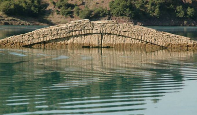 Tο πέτρινο γεφύρι που εμφανίζεται και εξαφανίζεται ανάλογα με τον καιρό!