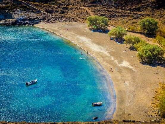 10 ερημικές και πανεμόρφες ελληνικές παραλίες που θα βρεις στα νησιά