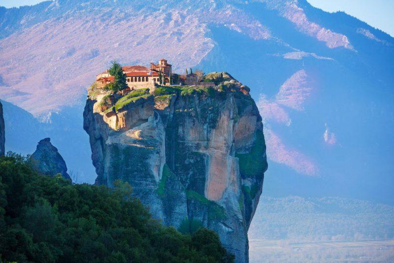 Ναοί και μοναστήρια που «κρέμονται» στα βράχια