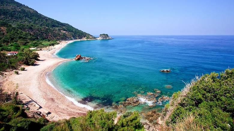 Αυτή είναι η ελληνική παραλία που κρύβει ένα μεγάλο αλλά τόσο όμορφο μυστικό