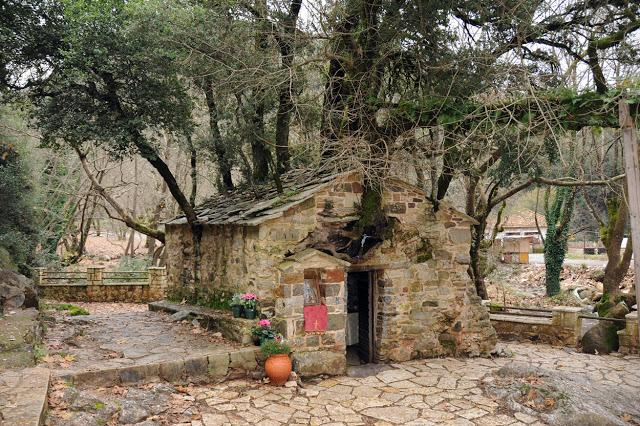 Αγία Θεοδώρα Βάστα: Το μικρό εκκλησάκι με τα 17 πλατάνια στη στέγη του