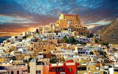 Άνω Σύρος: O Mεσαιωνικός οικισμός του νησιού με τα τείχη