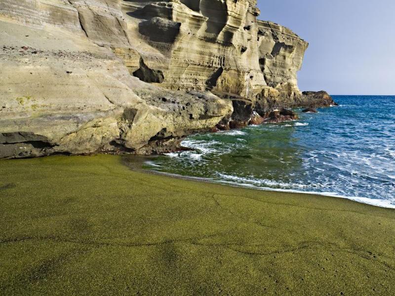 Δεν είναι ψέμα! Δείτε την παραλία με την πράσινη άμμο