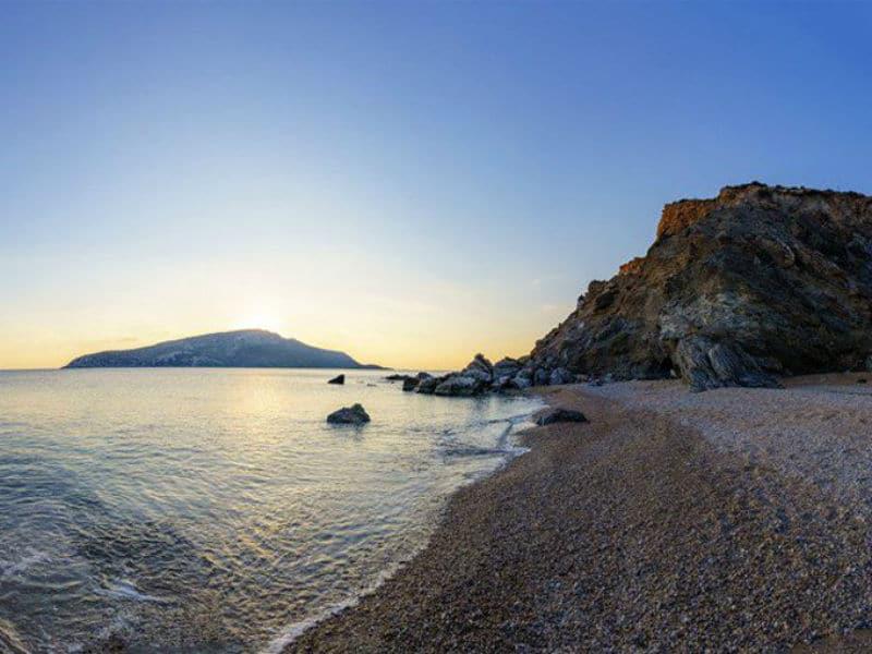 H υπέροχη «κρυφή» παραλία της Αττικής που ελάχιστοι γνωρίζουν – Μυρωδιά από ελληνικό νησί