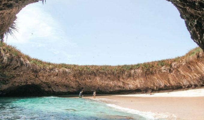 Παραλία κρυμμένη σε βουνό στο Μεξικό