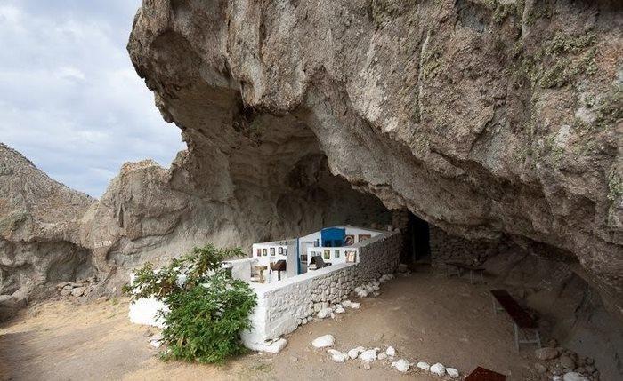 Αυτή είναι η μοναδική εκκλησία χωρίς σκεπή στον κόσμο και βρίσκεται στην Ελλάδα
