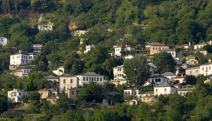 Άγιος Λαυρέντιος: Το ελληνικό χωριό που ΕΠΙΒΑΛΛΕΤΑΙ να επισκεφτείτε