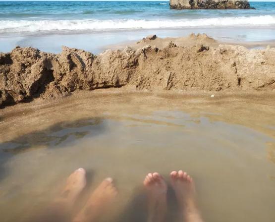 Αυτή είναι η παραλία με τα καυτά νερά- Δείτε που βρίσκεται