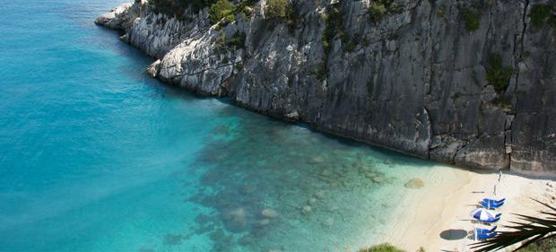 Σε αυτό το σημείο της Ελλάδας βρίσκεται η παραλία που κολυμπώντας στα νερά της θεραπεύετε πόνους και αρθρίτιδες