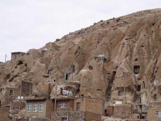 Σπίτια στα βράχια- Η «άγρια» εικόνα που δεν θα ξεχάσετε