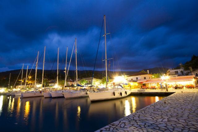 Σύβοτα, το λιμάνι το βράδυ