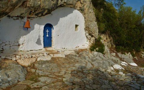 Το πανέμορφο εκκλησάκι που βρίσκεται κρυμμένο σε μια σπηλιά! Η συγκινητική ιστορία