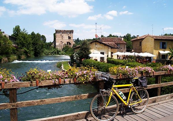 Borghetto: Το πανέμορφο χωριό της Ιταλίας με τα πολύχρωμα σπιτάκια και τα γευστικότατα τορτελίνια