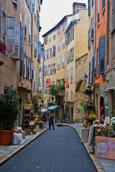 Grasse: Η γαλλική πόλη που κρύβει το μυστικό της επιτυχίας της Chanel No5