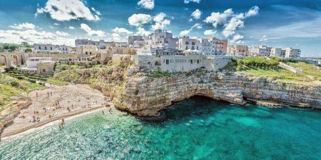 Polignano a mare: «Μυστικές» σπηλιές και αμμουδιές για ρομαντικούς