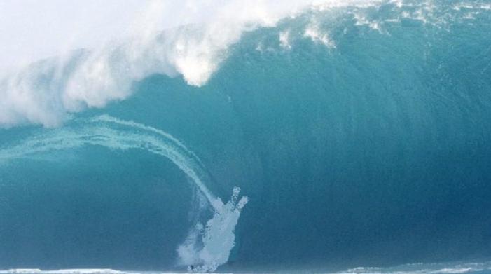 Τόλμησε να τα «βάλει» με κύματα 20 μέτρων - Δείτε το video