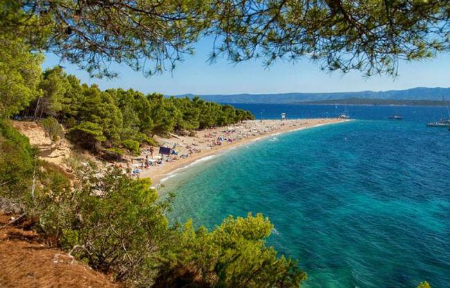 Μπολ: Το μαγευτικό λιμάνι στο νησί Μπρακ στις ακτές της Κροατίας